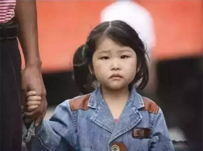 Cô bé nghèo trả lại tỷ phú chiếc cặp nhặt được, 30 năm sau, biết bao điều kỳ diệu liên tục xảy ra - Ảnh 1.