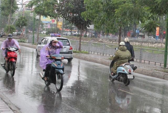 Hà Nội xuất hiện mưa rét trong ngày đầu năm mới 2017 (Ảnh: Nguyễn Dương).
