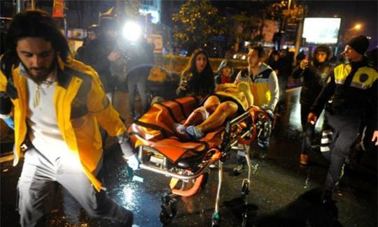 Nhiều người bị thương được đưa đi. Ảnh: Reuters