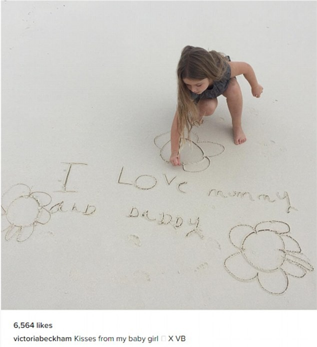Harper cặm cụi viết lời nhắn yêu thương trên cát cho bố mẹ  - Ảnh 1.