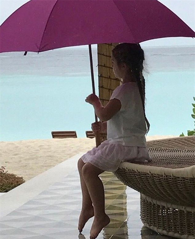 Harper cặm cụi viết lời nhắn yêu thương trên cát cho bố mẹ  - Ảnh 2.