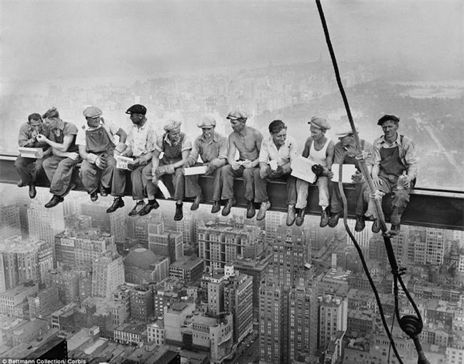 Vén màn bí ẩn bức tranh nổi tiếng của thời đại bữa trưa trên tòa nhà chọc trời - Ảnh 1.