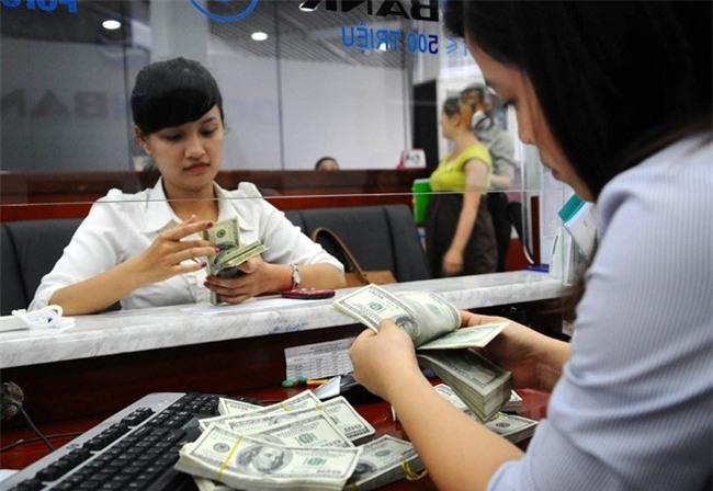 Tờ 2 USD in hình gà giá cả triệu đồng vẫn khan hiếm
