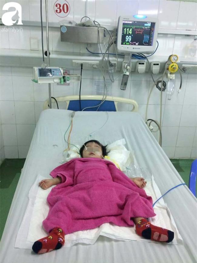Bé gái 13 tháng tuổi chấn thương sọ não ở nhà trẻ tư, cô giáo xưng mẹ, từ chối nhập viện khiến bé nguy kịch? - Ảnh 1.
