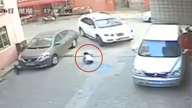 Trung Quốc: Bé trai 3 tuổi và bé gái 8 tuổi bị ô tô cán chết ở một góc phố trong cùng một ngày - Ảnh 2.