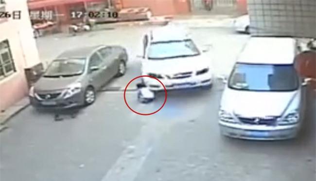 Trung Quốc: Bé trai 3 tuổi và bé gái 8 tuổi bị ô tô cán chết ở một góc phố trong cùng một ngày - Ảnh 3.