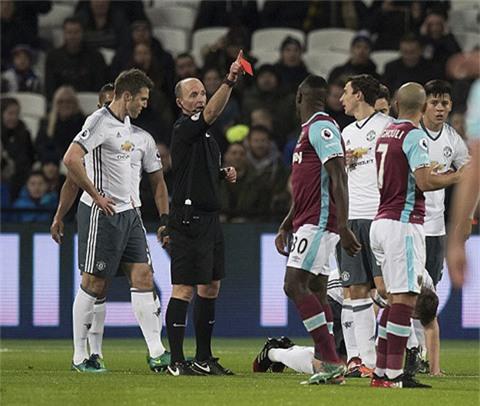 Trọng tài Mike Dean không ngần ngại tặng Feghouli chiếc thẻ đỏ
