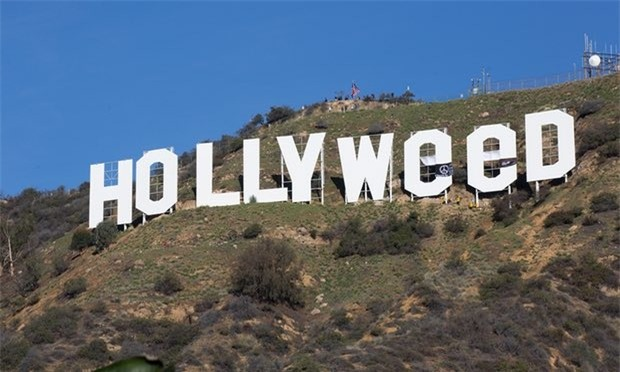 Chỉ sau một đêm, tấm biển Hollywood đã biến thành Hollyweed trước sự ngỡ ngàng của người dân - Ảnh 2.