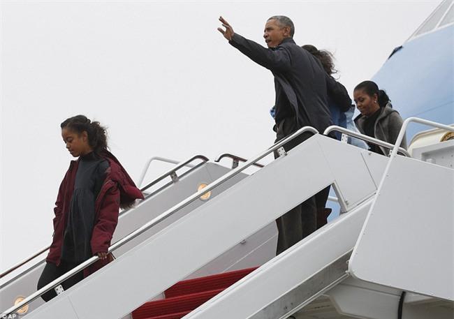 Lần cuối cùng, gia đình Tổng thống Barack Obama trở về sau kỳ nghỉ bằng chuyên cơ Air Force One - Ảnh 1.