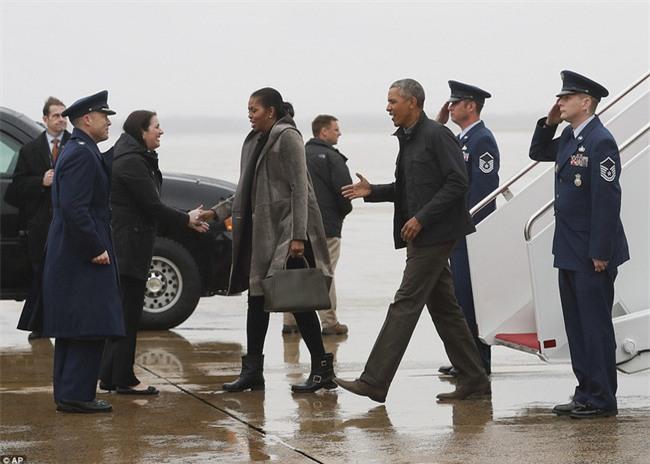 Lần cuối cùng, gia đình Tổng thống Barack Obama trở về sau kỳ nghỉ bằng chuyên cơ Air Force One - Ảnh 2.