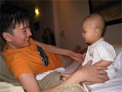 """""""phat sot"""" voi ve dang yeu nhu sao nhi xu han cua con trai nuoi dam vinh hung - 1"""