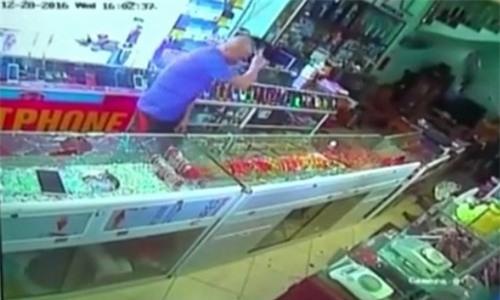Truy đuổi chủ tiệm, tên cướp đập tủ kính vơ vét vàng ảnh 2