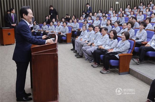 Tổng thư ký Quốc hội Hàn Quốc quỳ gối cảm tạ nhân viên vệ sinh nhân dịp đầu năm mới - Ảnh 1.