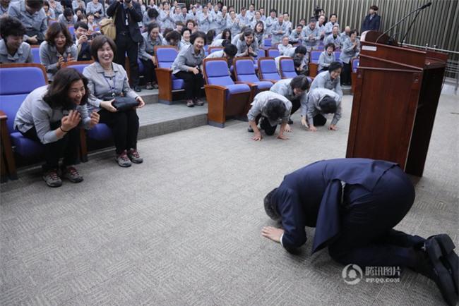 Tổng thư ký Quốc hội Hàn Quốc quỳ gối cảm tạ nhân viên vệ sinh nhân dịp đầu năm mới - Ảnh 2.
