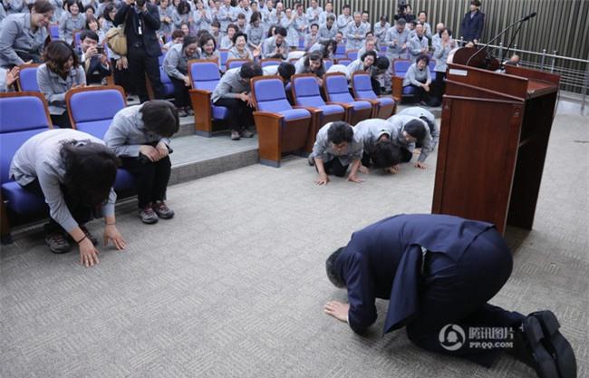 Tổng thư ký Quốc hội Hàn Quốc quỳ gối cảm tạ nhân viên vệ sinh nhân dịp đầu năm mới - Ảnh 3.