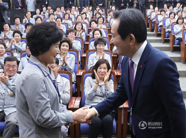 Tổng thư ký Quốc hội Hàn Quốc quỳ gối cảm tạ nhân viên vệ sinh nhân dịp đầu năm mới - Ảnh 4.