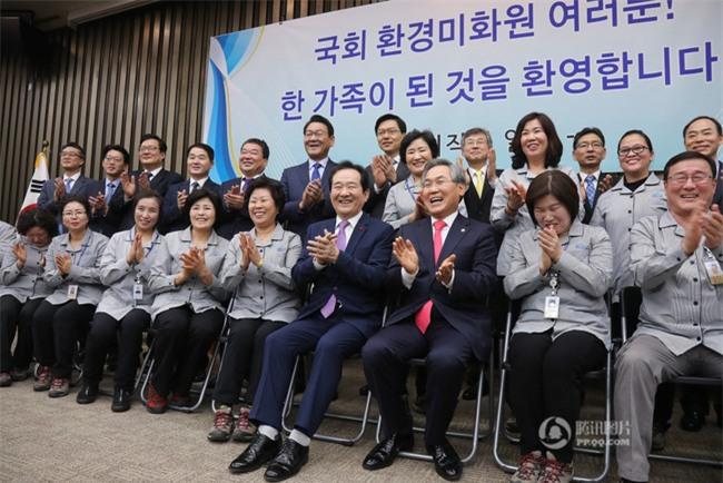 Tổng thư ký Quốc hội Hàn Quốc quỳ gối cảm tạ nhân viên vệ sinh nhân dịp đầu năm mới - Ảnh 5.