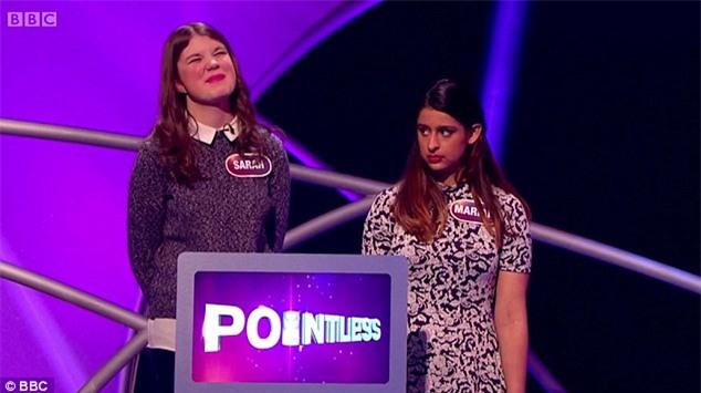 Cô gái nhận ngay cái lườm sắc lẹm khi phát biểu Paris là đất nước trong gameshow truyền hình Anh - Ảnh 2.