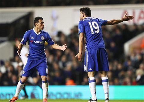 Trong khi Costa và Pedro cãi nhau...