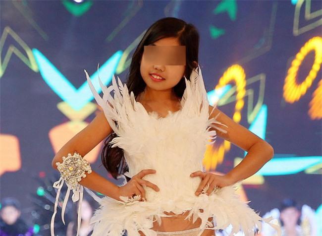 Để bé gái bắt chước thiên thần Victorias Secret biểu diễn nội y trên sân khấu, ban tổ chức bị chỉ trích gay gắt - Ảnh 3.