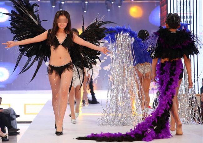 Để bé gái bắt chước thiên thần Victorias Secret biểu diễn nội y trên sân khấu, ban tổ chức bị chỉ trích gay gắt - Ảnh 6.