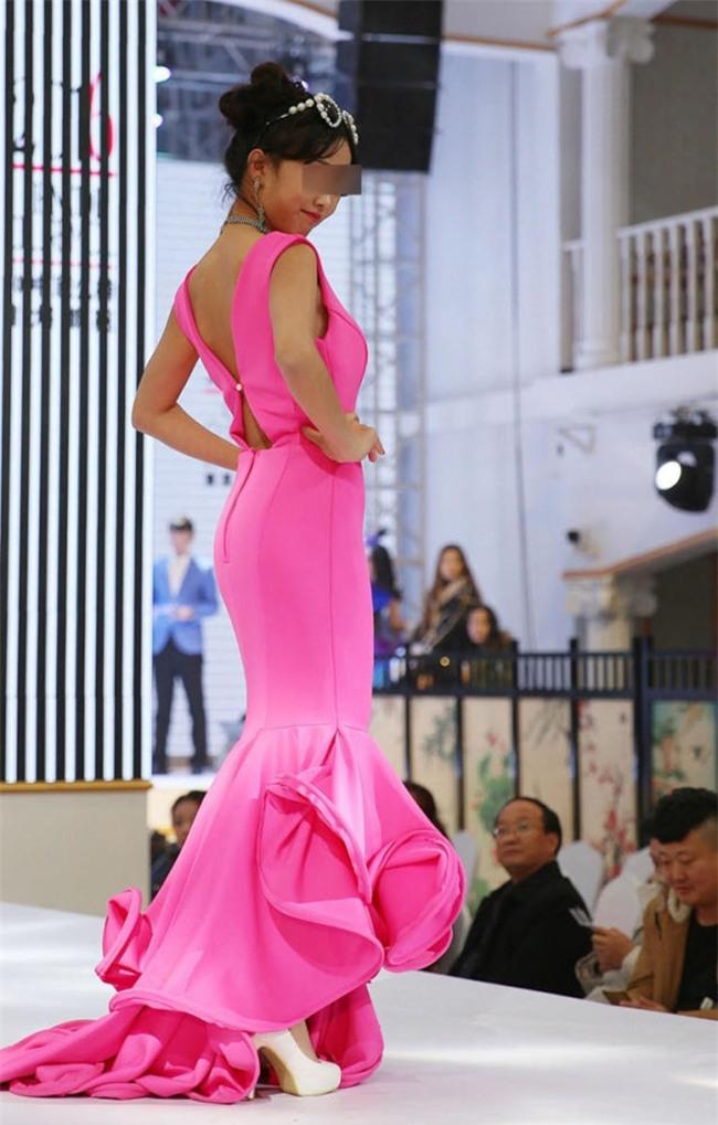 Để bé gái bắt chước thiên thần Victorias Secret biểu diễn nội y trên sân khấu, ban tổ chức bị chỉ trích gay gắt - Ảnh 8.