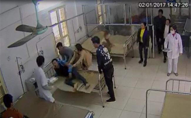 Vụ bệnh nhân tung cước đạp bác sỹ, GĐ bệnh viện: Tôi rất phẫn nộ. Đó là hành vi thiếu văn hóa - Ảnh 1.