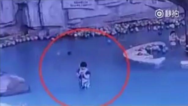 Mải nhắn tin điện thoại, bà mẹ để con trai 4 tuổi chết đuối trong hồ bơi dù đứng ngay cạnh - Ảnh 2.
