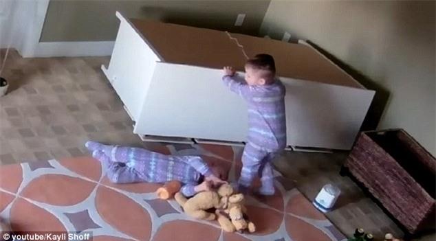 Vụ bé trai sinh đôi cứu em khi bị tủ quần áo đè: Dân mạng cho rằng clip là dàn dựng để... nổi tiếng - Ảnh 2.