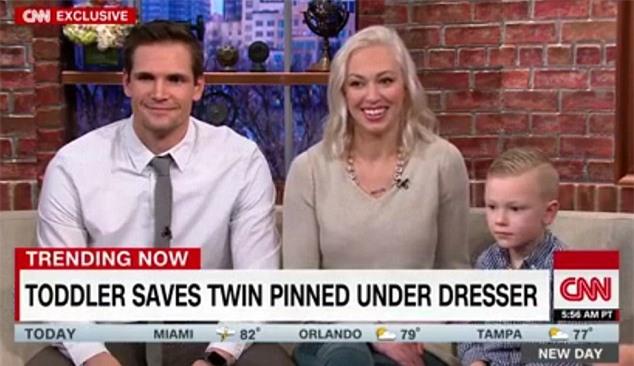 Vụ bé trai sinh đôi cứu em khi bị tủ quần áo đè: Dân mạng cho rằng clip là dàn dựng để... nổi tiếng - Ảnh 3.