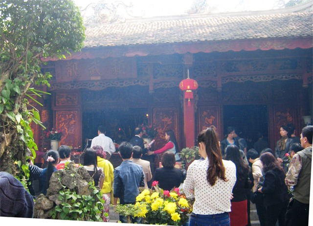Đi lễ chùa sau Giao thừa đã trở thành nét đẹp ngày Tết của người dân. Ảnh: Hà Dương
