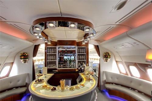 Khoang máy bay đầy đủ tiện nghi, giúp các cầu thủ khuây khỏa ở các chuyến đi xa