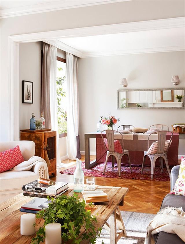 Bàn trà hướng ra khung cửa nhiều ánh sáng nhằm hút tài lộc vào nhà.