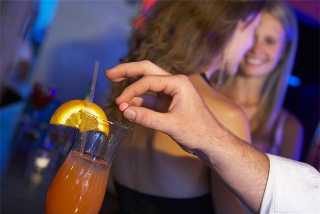 Cái kết bất ngờ của gã trai lén bỏ thuốc hại đời bạn gái trong quán bar qua lời kể của nhân viên pha chế - Ảnh 1.