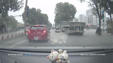 Clip: Cô gái lồm cồm bò ra từ gầm xe sau khi container chạy qua khiến nhiều người hoảng hốt - Ảnh 2.