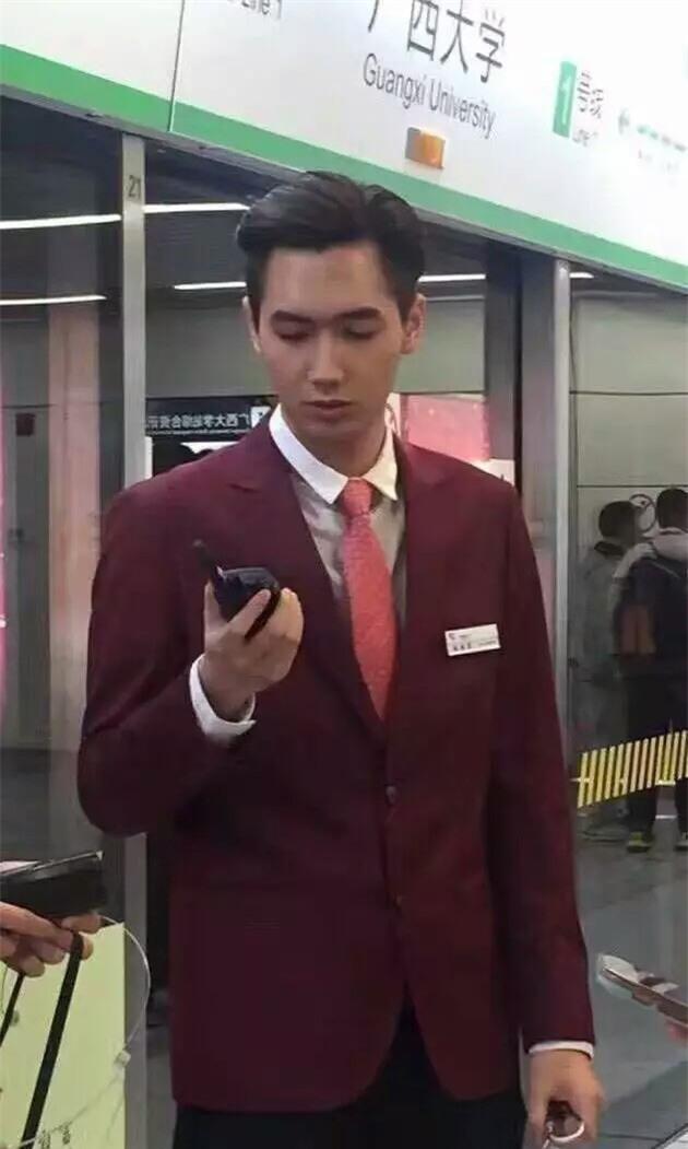 Đẹp trai quá mức quy định, nam nhân viên tàu điện ngầm bị thuyên chuyển công tác để đảm bảo an toàn ga - Ảnh 2.
