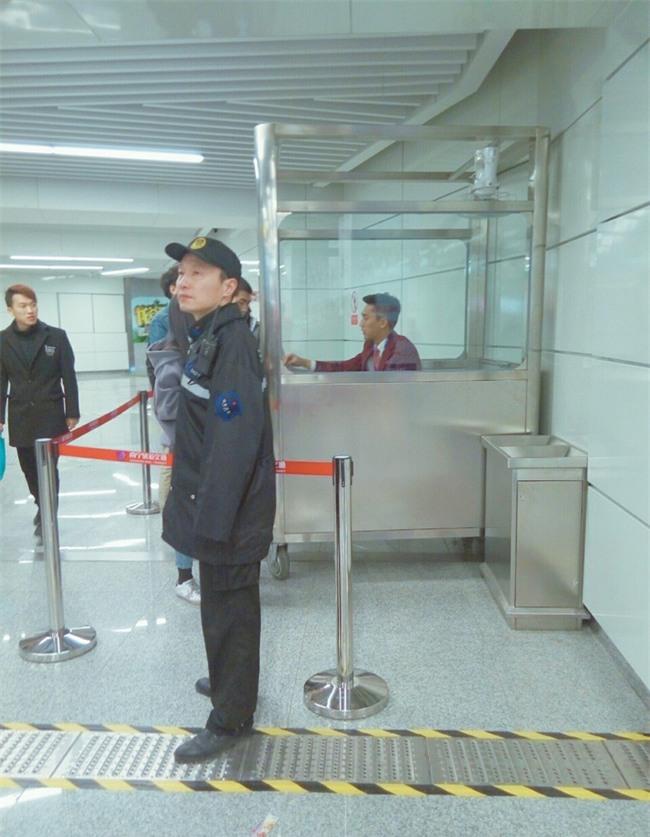 Đẹp trai quá mức quy định, nam nhân viên tàu điện ngầm bị thuyên chuyển công tác để đảm bảo an toàn ga - Ảnh 7.