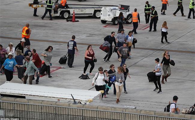 Hiện trường xả súng đẫm máu, hỗn loạn ở sân bay Mỹ khiến ít nhất 5 người thiệt mạng - Ảnh 6.