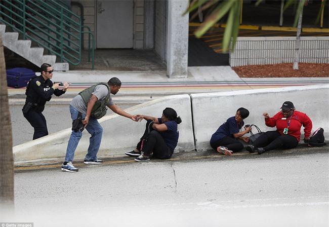 Hiện trường xả súng đẫm máu, hỗn loạn ở sân bay Mỹ khiến ít nhất 5 người thiệt mạng - Ảnh 8.