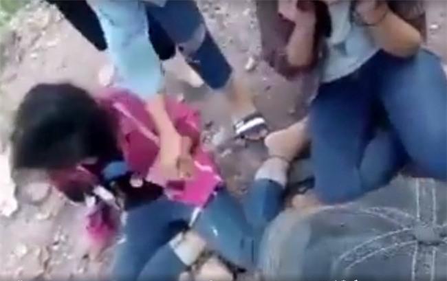 Nữ sinh bị đánh chảy máu mắt vì không trả lời tin nhắn qua facebook - 1