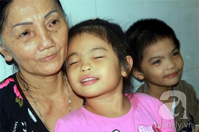 Hai em bé câm điếc có đôi mắt màu xanh bí ẩn ở Sài Gòn đã nghe được những thanh âm đầu tiên - Ảnh 1.
