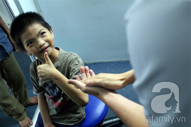 Hai em bé câm điếc có đôi mắt màu xanh bí ẩn ở Sài Gòn đã nghe được những thanh âm đầu tiên - Ảnh 12.