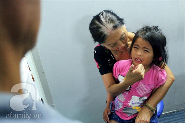 Hai em bé câm điếc có đôi mắt màu xanh bí ẩn ở Sài Gòn đã nghe được những thanh âm đầu tiên - Ảnh 13.