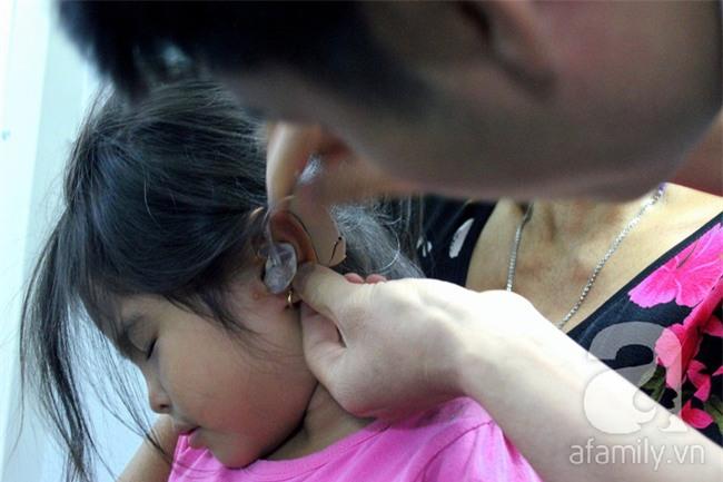 Hai em bé câm điếc có đôi mắt màu xanh bí ẩn ở Sài Gòn đã nghe được những thanh âm đầu tiên - Ảnh 14.