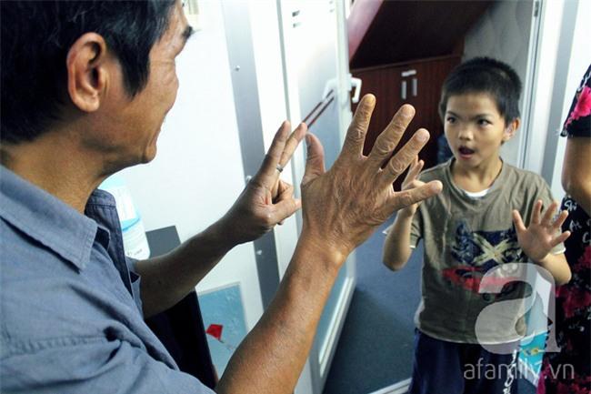 Hai em bé câm điếc có đôi mắt màu xanh bí ẩn ở Sài Gòn đã nghe được những thanh âm đầu tiên - Ảnh 15.