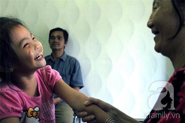 Hai em bé câm điếc có đôi mắt màu xanh bí ẩn ở Sài Gòn đã nghe được những thanh âm đầu tiên - Ảnh 6.