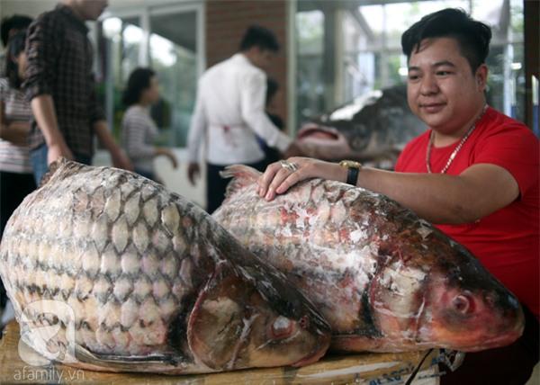 Nhà giàu Hà Nội bỏ cả trăm triệu mua cá khổng lồ về ăn Tết - Ảnh 14.