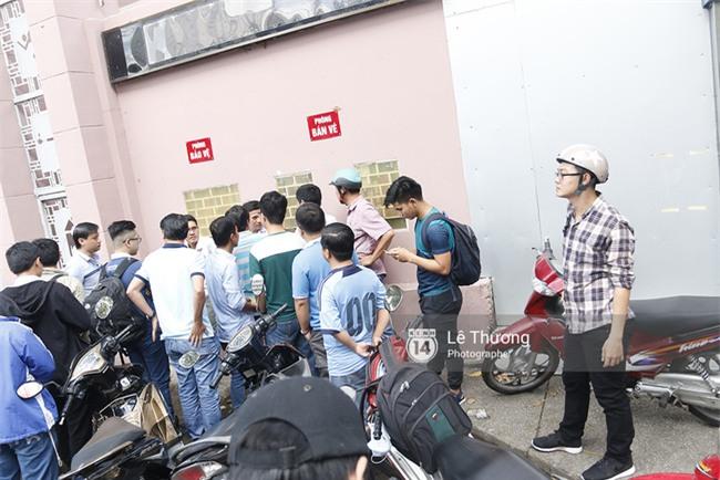 Chủ tịch Công Vinh trực tiếp bán vé, ký tặng áo cho fan - Ảnh 1.