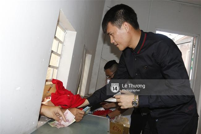 Chủ tịch Công Vinh trực tiếp bán vé, ký tặng áo cho fan - Ảnh 2.