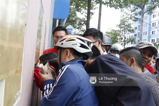 Chủ tịch Công Vinh trực tiếp bán vé, ký tặng áo cho fan - Ảnh 3.